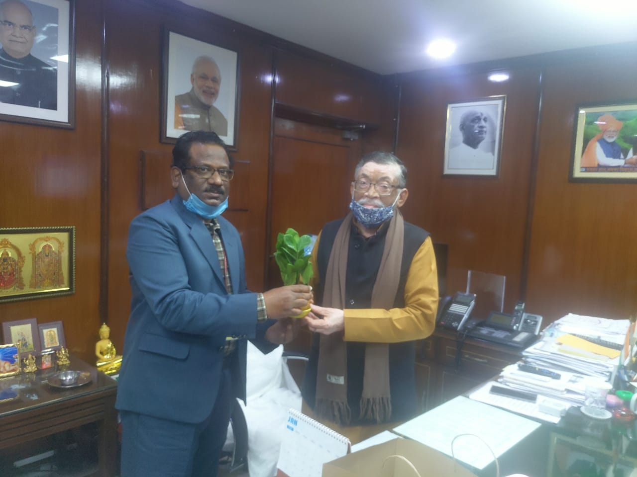 Shri Prabhat Kumar, DG, DGMS greeting Shri Santosh Kumar Gangwar, Honorable Minister for Labour & Employment.